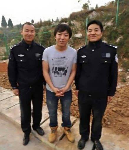 """王宝强斜刘海抢镜怎么回事?王宝强与警察合影有点像被""""抓捕"""""""