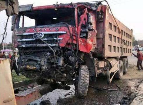 印度公交货车相撞怎么回事?货车撞翻公交车14死18伤现场图