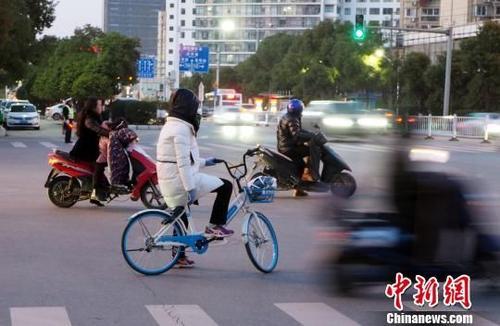 无缘高考 学霸骑共享单车赶考摔伤手臂无缘高考